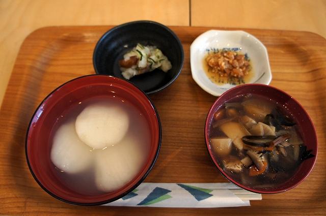 カラコとけんちん汁がセットとなったカラコ定食の写真