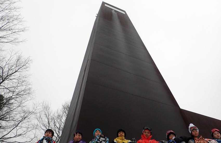 キョロロの塔と子ども達